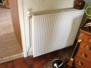 Nieuwe radiator met nieuwe leidingen